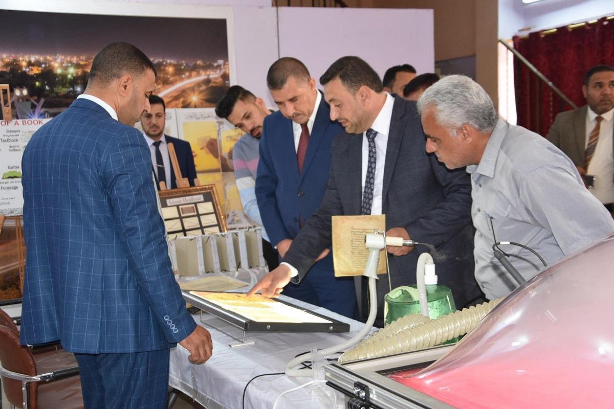 لدعم الجوانب الثقافية والفنية رئيس مجلس المحافظة يفتتح المعرض النوعي وورش العمل لترميم المخطوطات في المحافظة