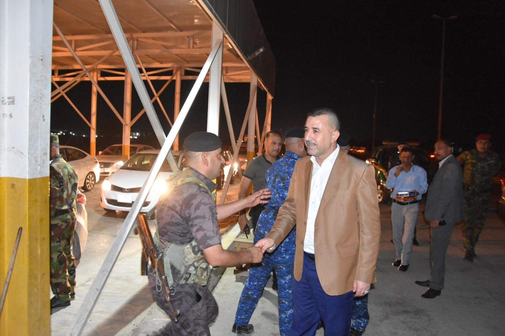 رئيس مجلس المحافظة يتفقد السيطرات الداخلية والخارجية ويقدم لهم التهاني بمناسبة عيد الفطر المبارك
