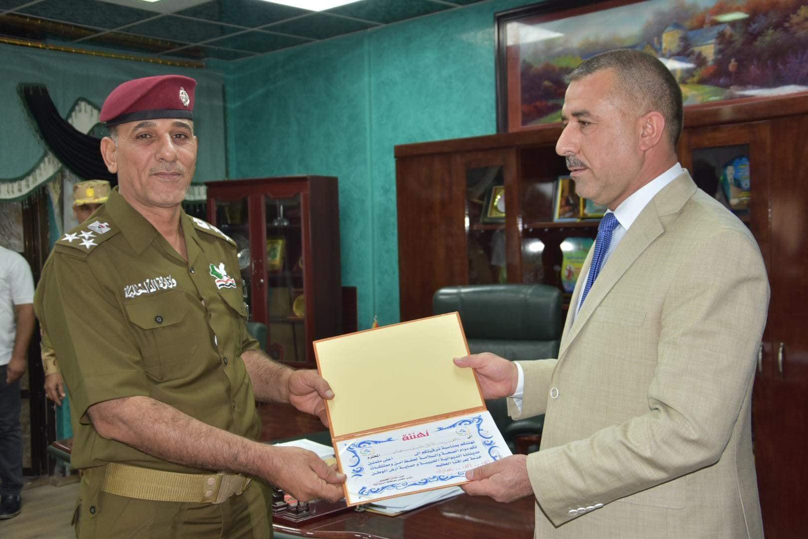 مباركا لهم ترقيتهم إلى رتبة أعلى رئيس مجلس المحافظة يكرم عددا من ضباط الأجهزة الأمنية في المحافظة